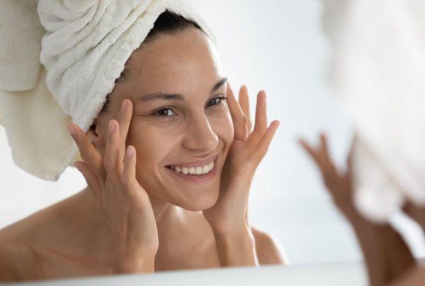 Pelle mista con pori dilatati: i consigli della Dottoressa della pelle
